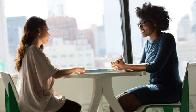 インタビュー中の女性